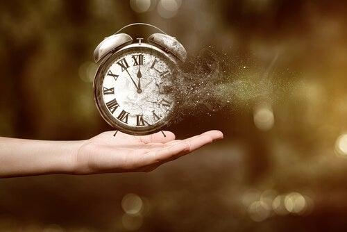 Mano sujetando un reloj que desparece