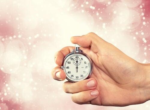 Mano sujetando un reloj