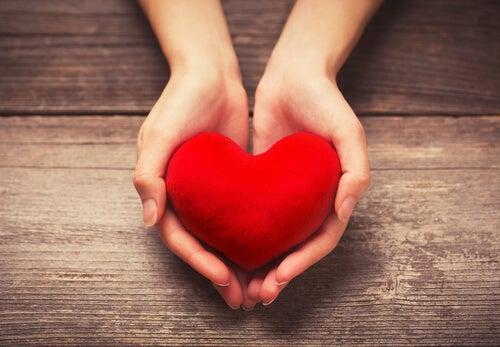 Manos ofreciendo un corazón