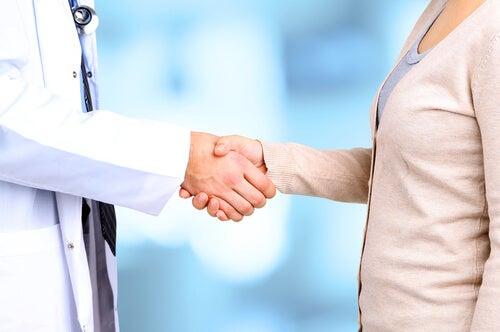 Médico y paciente dándose la mano