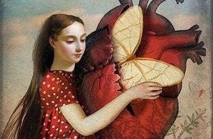 Mujer abrazando a un corazón con una mariposa