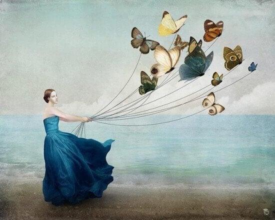 Mujer con cuerdas sujetando a mariposas