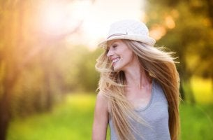 Mujer con gorro sonriendo