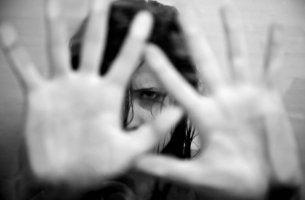 Mujer con pánico con las manos delante