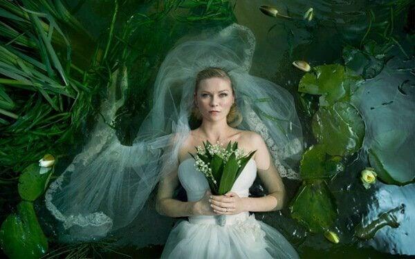 Mujer con ramo de flores en la mano vestida de novia
