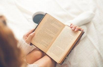 Mujer leyendo para empezar el día