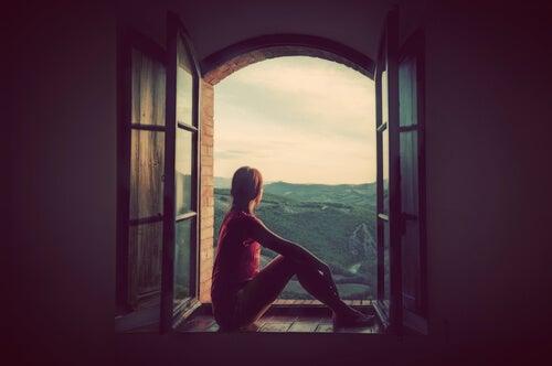 Mujer pensando por la ventana