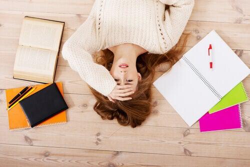 Mujer perfeccionista estresada tumbada en el suelo