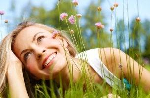 Mujer sonriendo entre flores