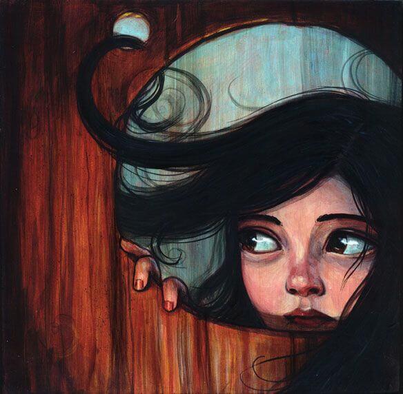 Bambina guardando attraverso il buco di una porta