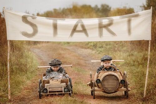 Niños compitiendo en una carrera de coches