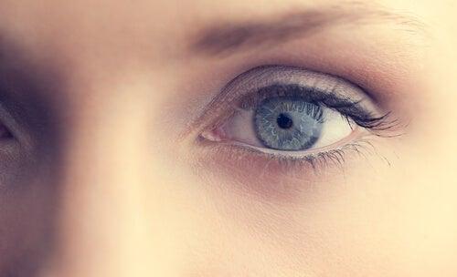 Ojo azul de una chica