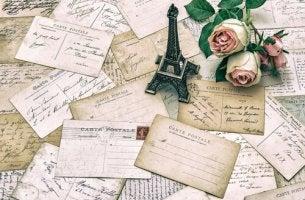 Postales de recuerdos y ramo de rosas