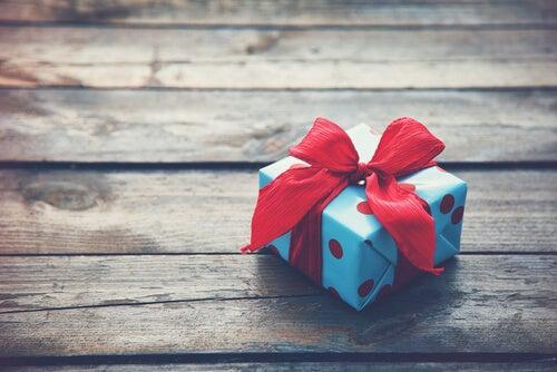 regalo encima de una mesa para hacer chantaje emocional