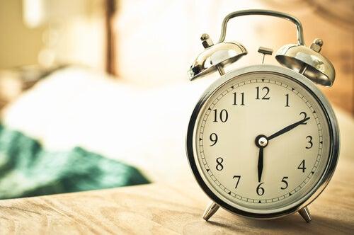 Reloj despertador sobre mesilla