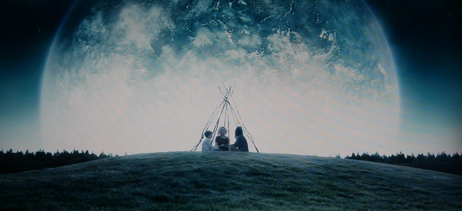 Tres personas sentadas cerca de la luna