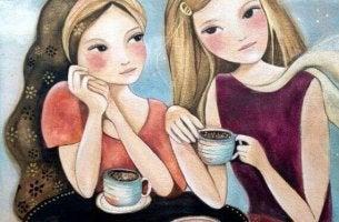 Amigas tomando café sin preocuparse