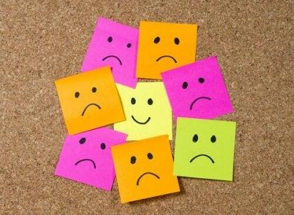 Caras dibujadas mostrando diferentes actitudes