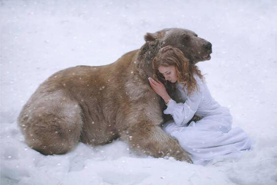 chica-abrazando-a-un-oso afrontando el miedo