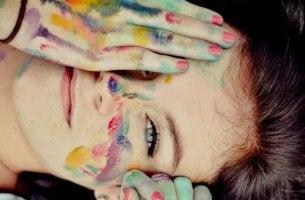chica sonriendo con la cara pintada pensando en su realidad