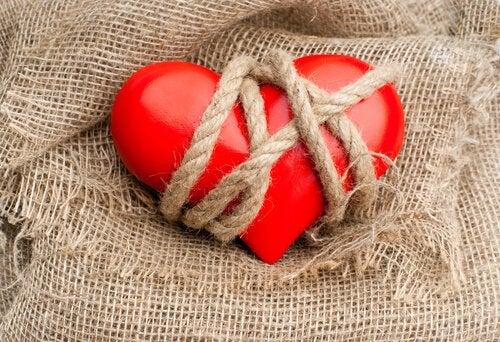 Corazón atado con cuerdas simbolizando las personas adictas a las relaciones