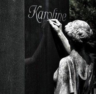 estatua ante una tumba escribiendo un epitafio