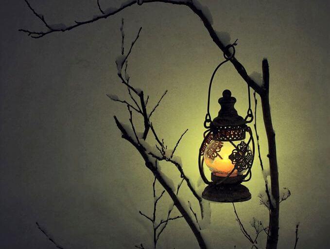 farol en la noche representando el duelo