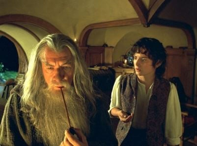 Gandalf entrega el anillo a frodo