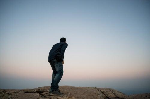 Hombre con miedo a las alturas