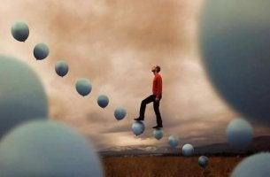 hombre subiendo una escalera formada por globos