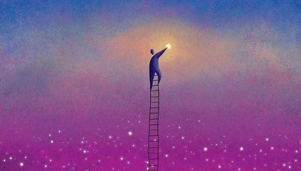 hombre sobre una escalera tocando la luna