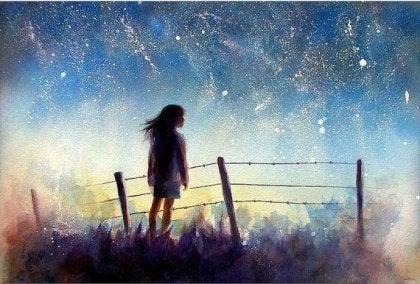 joven envuelta en un cielo estrellado