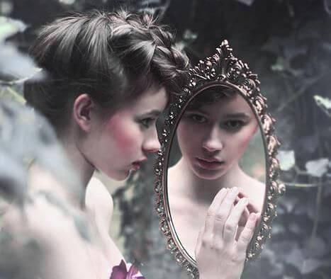 Image result for viendo a la chica por el espejo