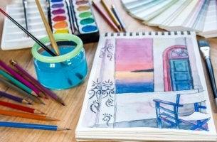 Lápices y temperas para hacer manualidades
