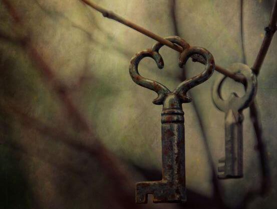 llaves sujetas en las ramas de un árbol que recuerdan el pasado