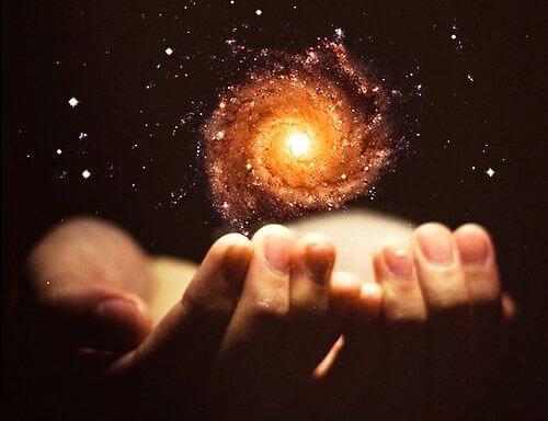 mano con energía representando el poder de enseñar