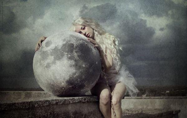 chica abrazada a la luna representando el arte de amargarme la vida
