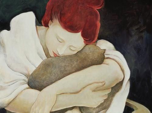 Mujer con heridas emocionales abrazando a un gato
