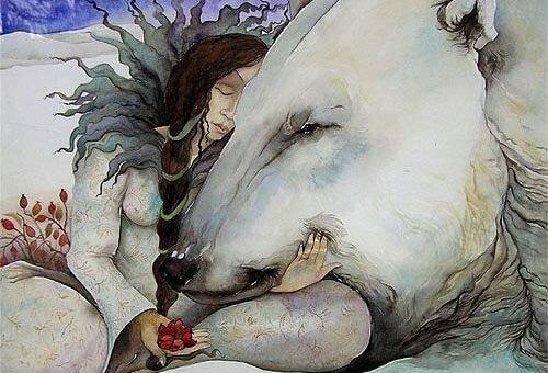 mujer abrazando un oso