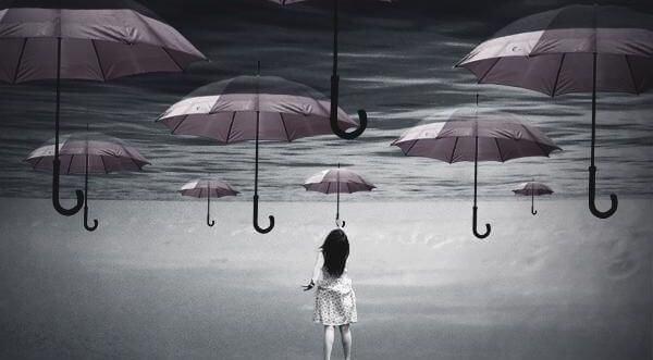mujer alcanzando paraguas del cielo