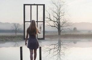 mujer ante una ventana suspendida en el aire