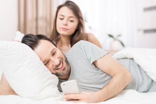 Mujer celosa espiando a la pareja