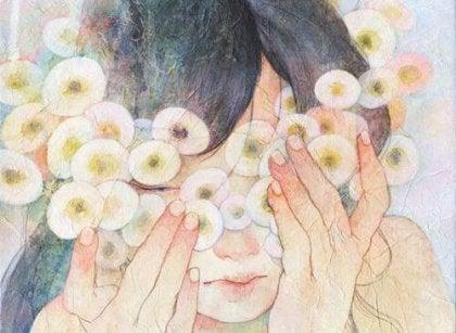 Mujer con flores redondas en la cara