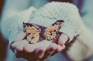 Mujer con mariposa simbolizando 6 emociones básicas