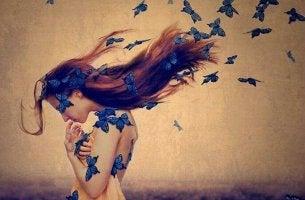Mujer triste pensando en las adversidades con mariposas azules en el cabello