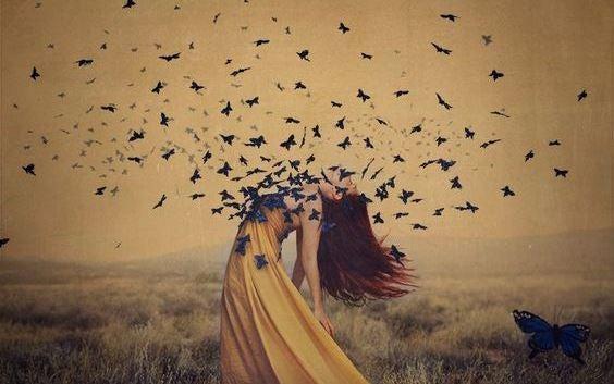 Mujer con mariposas que le salen del pecho