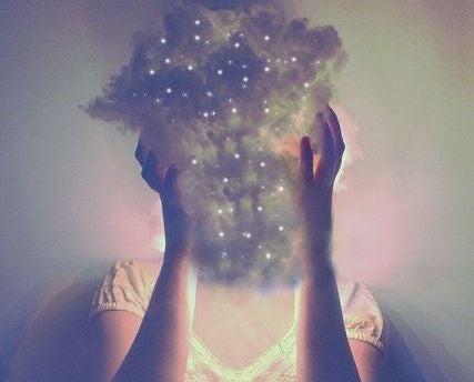 mujer con una nube simbolizando 6 emociones básicas