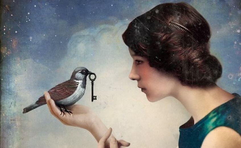 Mujer con un pájaro que lleva una llave en el pico