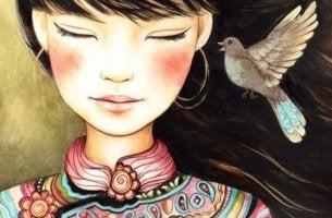 Mujer con pájaro cerca de su oído