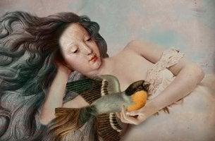 mujer con pájaro en el pecho